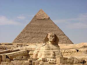 Ini adalah gambar dari atas piramida Cheops `Besar, seperti yang kita bisa melihat piramida ini adalah gedung tertinggi di dunia dengan ketinggian hingga 146 meter. Jutaan batu yang digunakan dalam konstruksi: masing-masing batu beratnya beberapa ton. Ini adalah sebuah karya besar yang memberikan bukti kepada kekuasaan Firaun dicapai sebelum 4500 tahun yang lalu.
