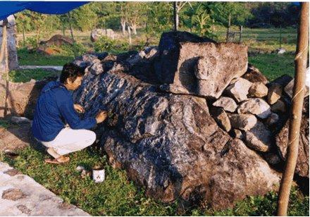 Sarkofagus di Ai Renung, Batu Tering, Moyo Hulu